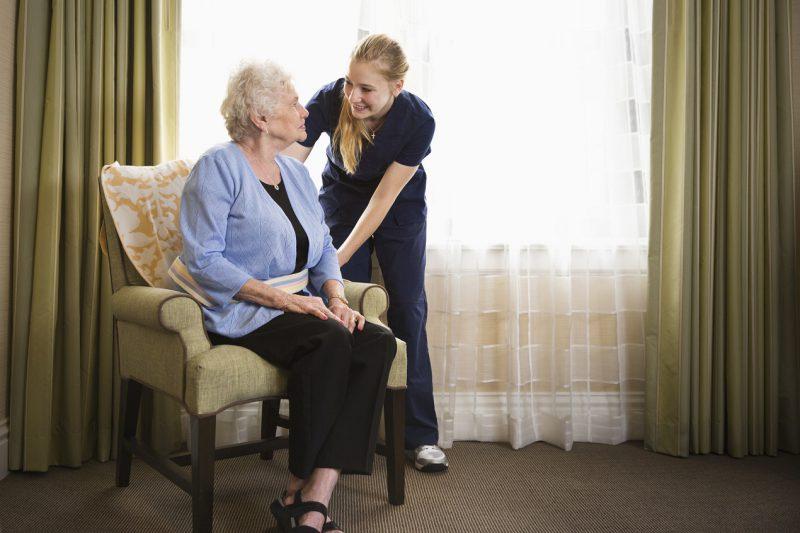 Czy dodatkowe kwalifikacje są konieczne, by pracować jako opiekun osób starszych?